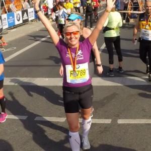 Får medaljen rundt halsen og der står min kjære mann som har løpt en time raskere enn meg.