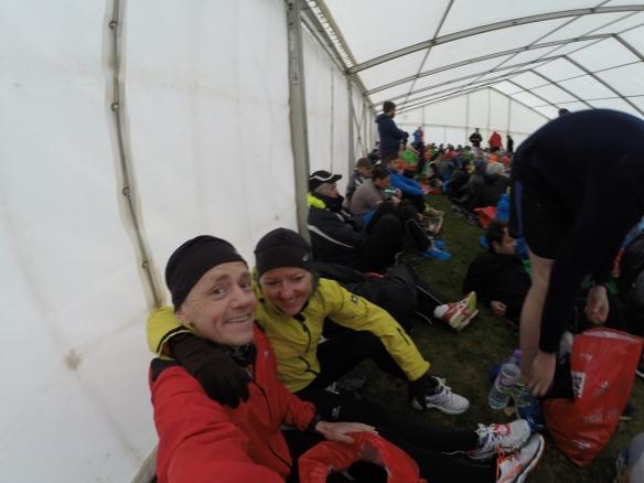 Med regn ute er det godt å vente på starten inne i teltet
